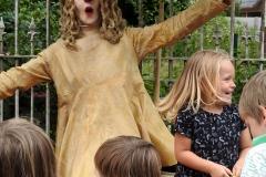 01-Living-statue-act-Nosy-theaterpopi-met-kids-actie