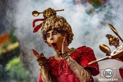 MissBaksel-Living-statue-act-Theaterpopi-schrikt-in-rook